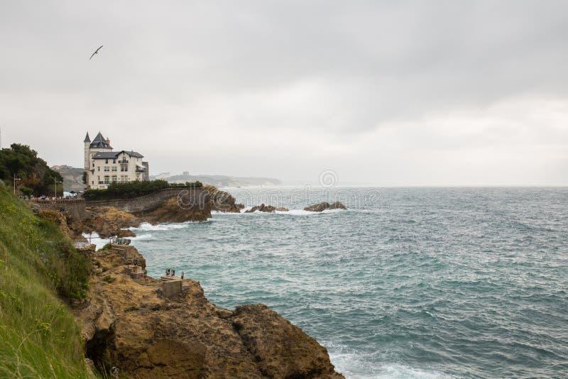 Hus på klipporna i Biarritz arkivbild