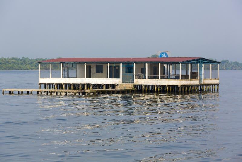 Hus på Maracaibo sjön med den tropiska skogen i bakgrunden royaltyfri fotografi