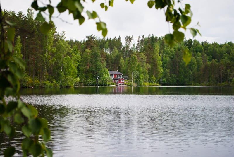 Hus på sjön arkivbild