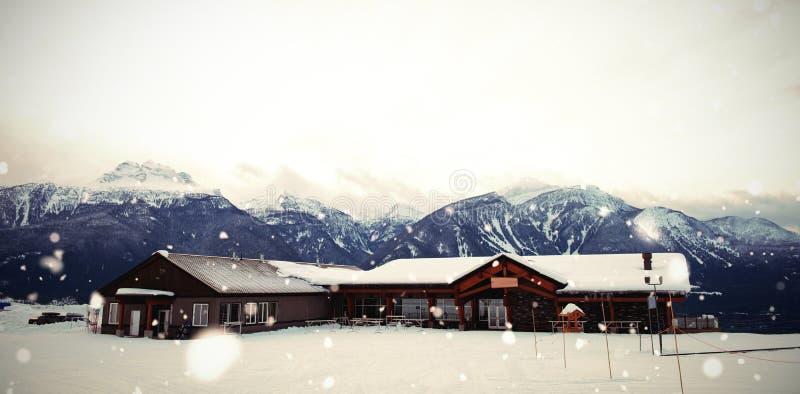 Hus på snö täckt fält vid berg stock illustrationer