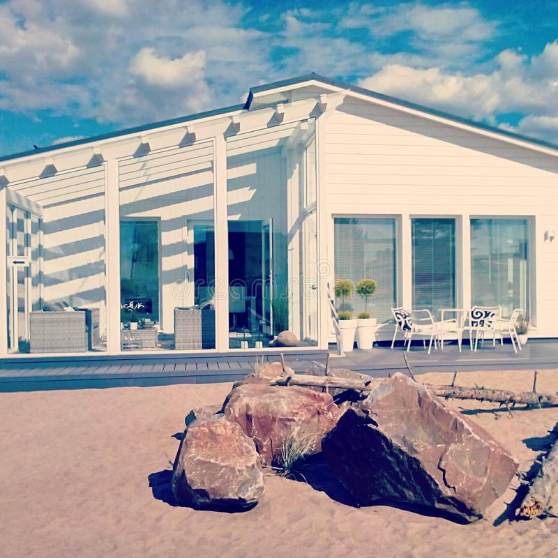 Hus på stranden i Kalajoki, Finland arkivbild