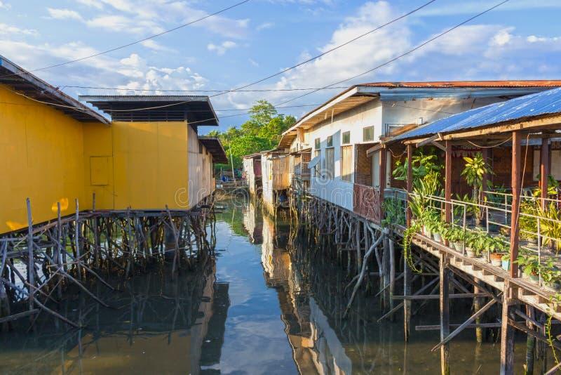 Hus på styltor på kusten av Filippinerna royaltyfria foton