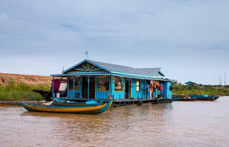 Hus på styltor på laken Tonle underminerar Cambodja royaltyfri bild