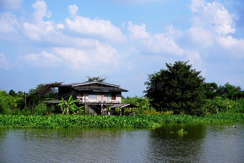 Hus på styltor Sikter av slumkvarteren för stads` s från floden arkivbild