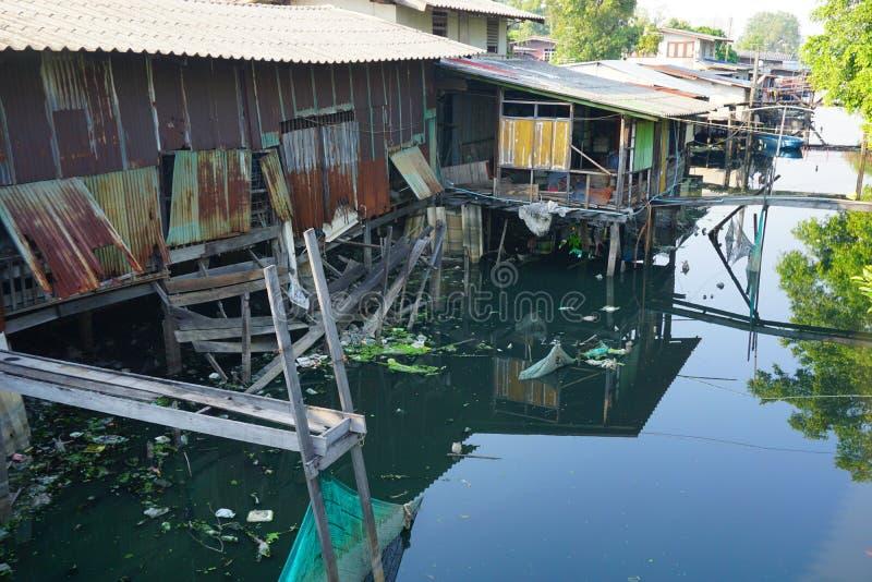 Hus på styltor Sikter av stadens slumkvarter från floden arkivfoto