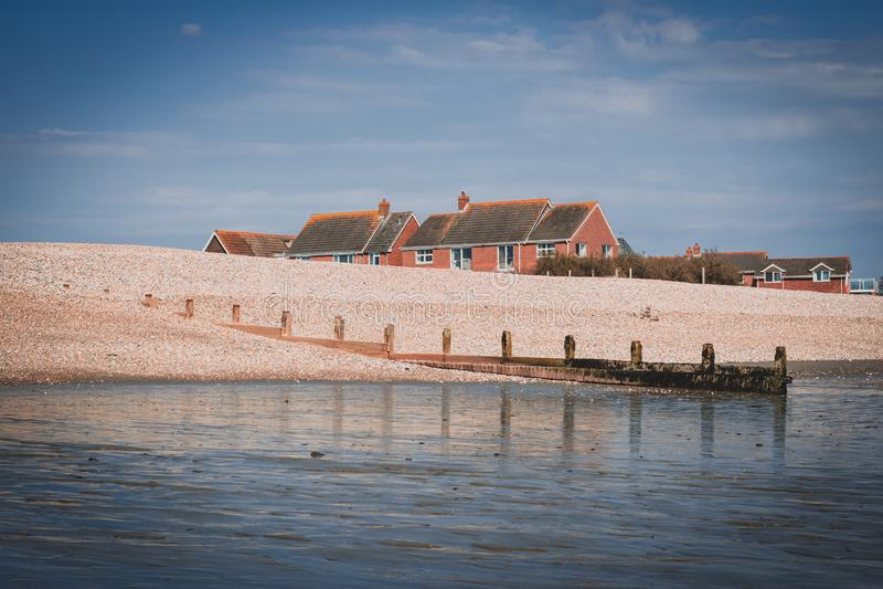 Hus p? stranden arkivfoto
