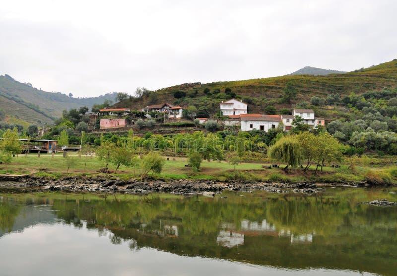 Hus reflekterade i vatten - Douro flod royaltyfri fotografi