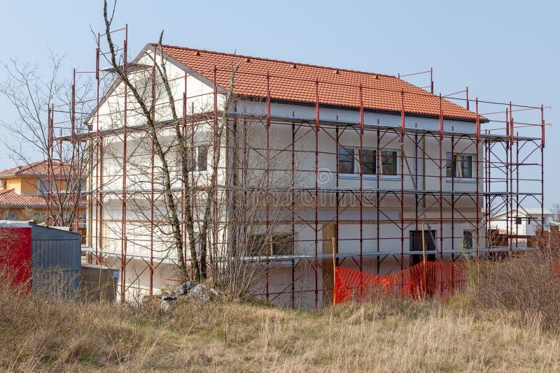 Hus som är förberett för fulländande fasad royaltyfria bilder