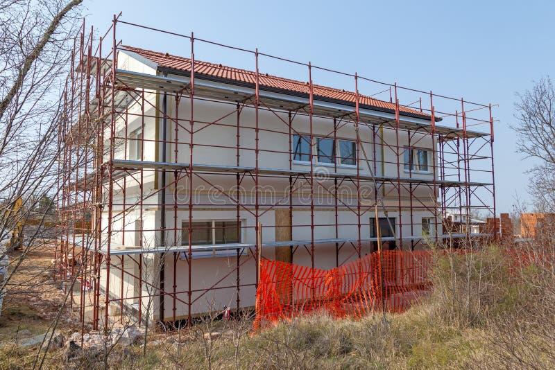 Hus som är förberett för fulländande fasad arkivfoton