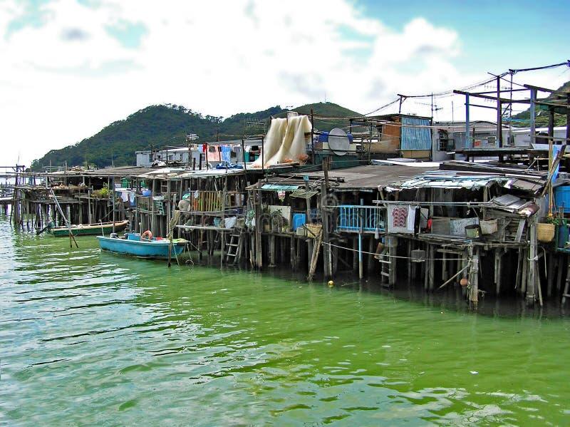 Hus som byggs på styltor över vattnet i fiskelägeTai-nollan på den Lantau ön i Hong Kong royaltyfria foton