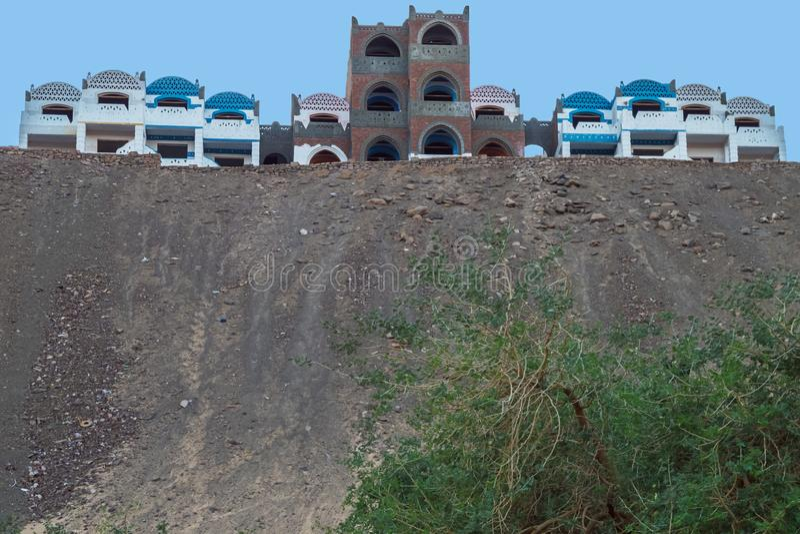 Hus som förbiser Nilen nära Jazirat Salujah royaltyfri fotografi
