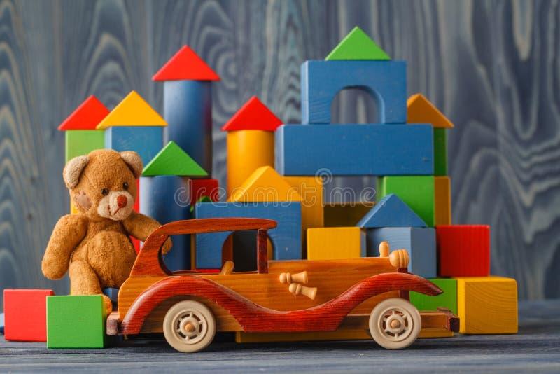 Hus som göras av träkvarter för att montera, nära en leksak och ett trä arkivfoton