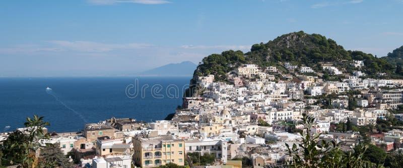 Hus som kramar bergsidan på ön av Capri, fjärd av Naples, sydliga Italien Fotograferat på en klar dag i sen sommar royaltyfria bilder