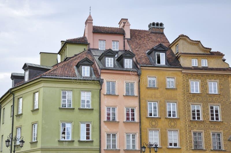 Hus som lokaliseras i Warszawa slottfyrkant royaltyfri foto