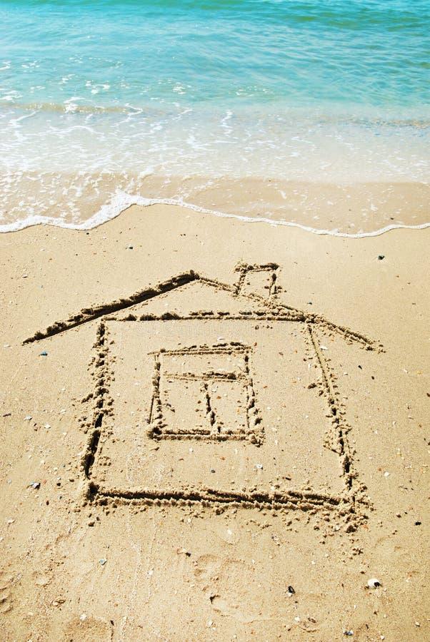 hus som målas på sand arkivfoton