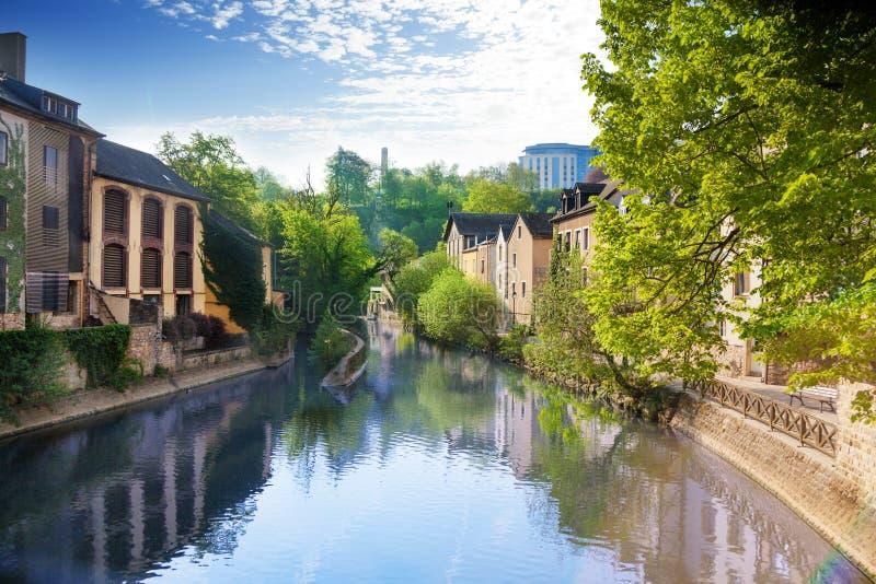 Hus som reflekterar i den Alzette floden, Luxembourg royaltyfri fotografi