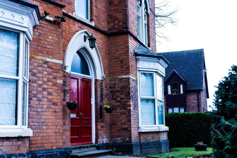 Hus Storbritannien för röd tegelsten Trädörrar på tegelstenhushemmet arkivbilder