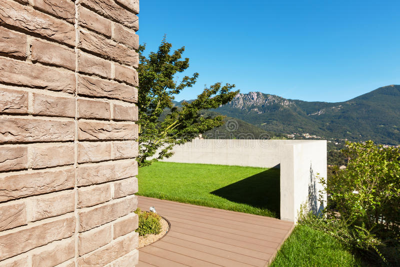 Hus trädgårdsikt arkivfoton
