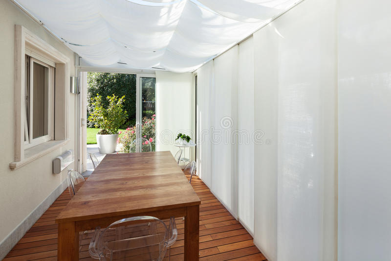 Hus veranda med trätabellen arkivfoton