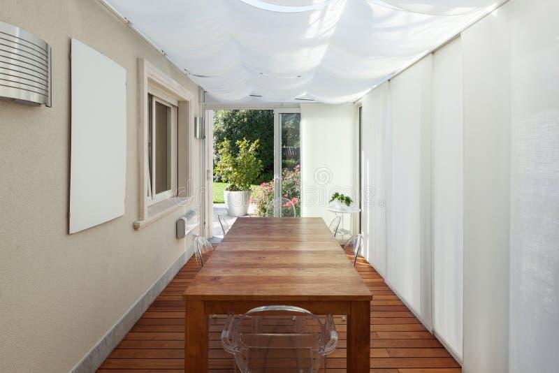 Hus veranda med trätabellen fotografering för bildbyråer