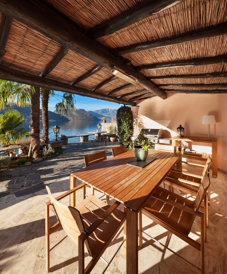 Hus veranda på solnedgången royaltyfria bilder