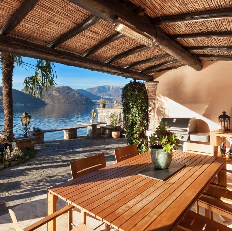 Hus veranda på solnedgången royaltyfri fotografi