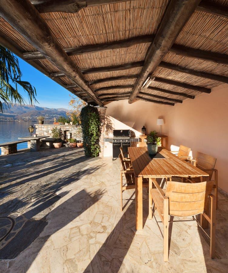 Hus veranda på solnedgången royaltyfri foto