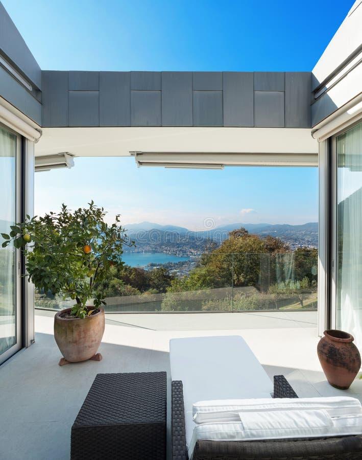 Hus veranda som förbiser sjön arkivfoto