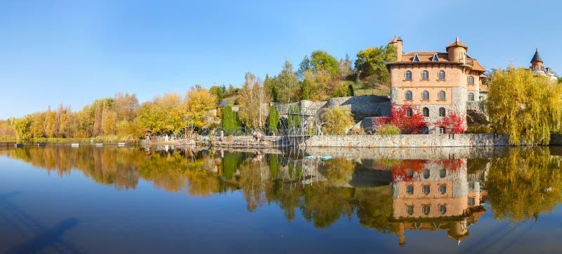Hus vid sjön i byn av Buki Ukraine fotografering för bildbyråer