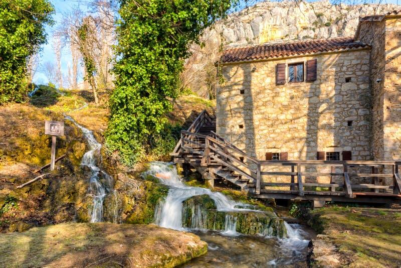 Hus vid vattenfallet royaltyfria foton