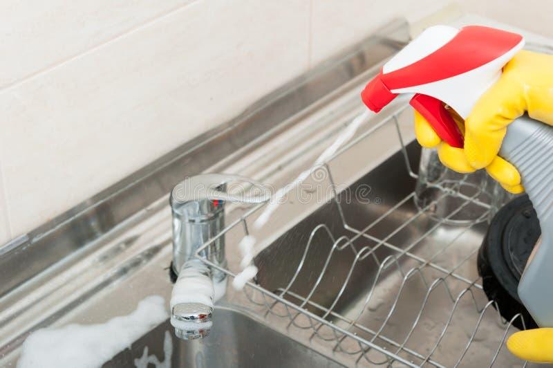 Husa med att desinficera sprej i köket royaltyfria foton