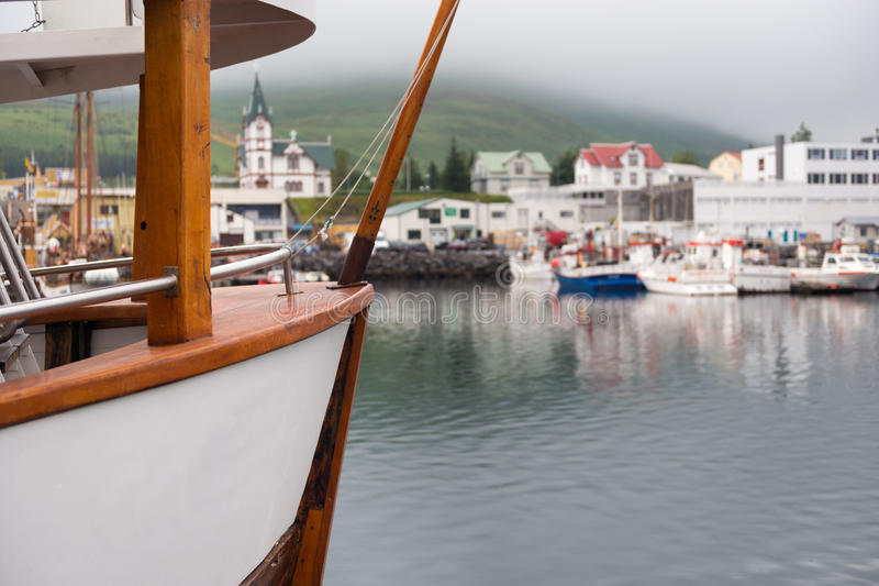 Husavik,冰岛-渔船在被制服的光的港口停泊了 库存图片