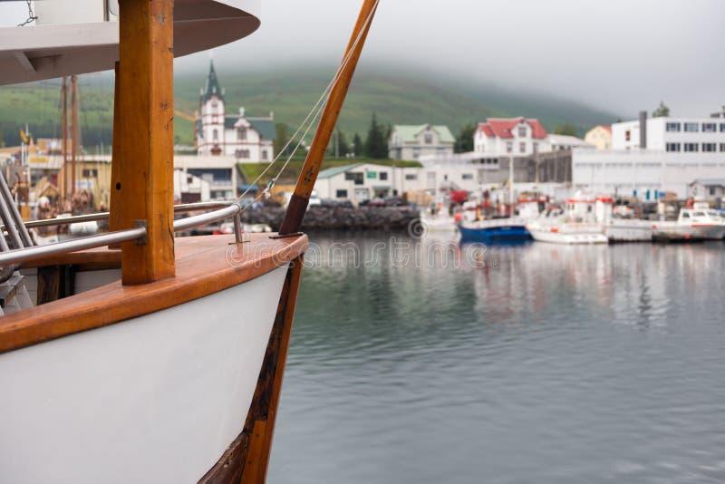 Husavik, Исландия - рыбацкие лодки причалили на гавани в подчиненном свете стоковое изображение