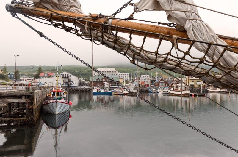 Husavik, Исландия - рыбацкие лодки причалили на гавани в подчиненный стоковое изображение rf
