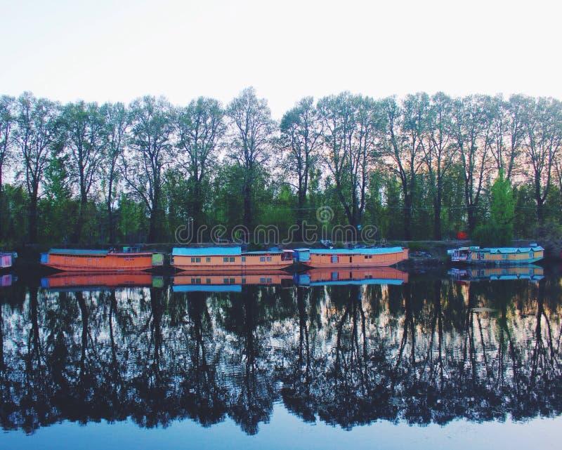 Husbåtar och reflexioner arkivfoton