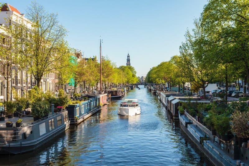 Husbåtar på den holländska Prinsengracht kanalen i Amsterdam royaltyfri fotografi