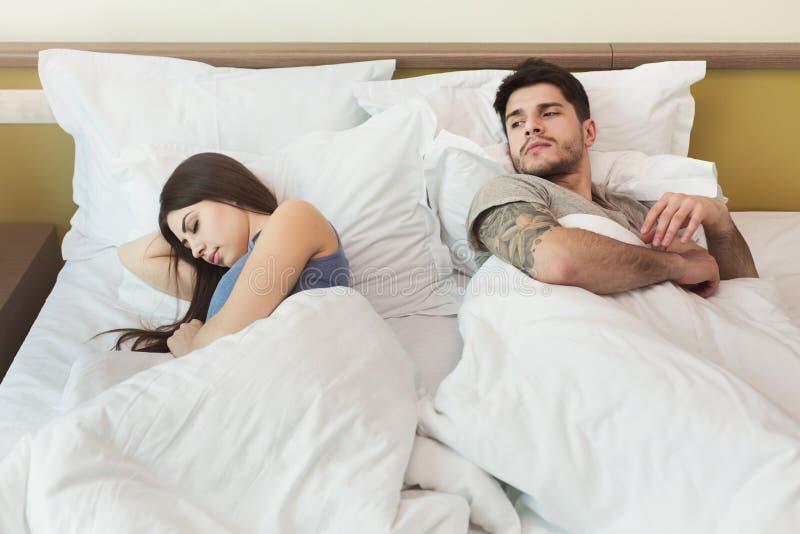 Пока пьяный муж спит парень трахает его жена вылизать