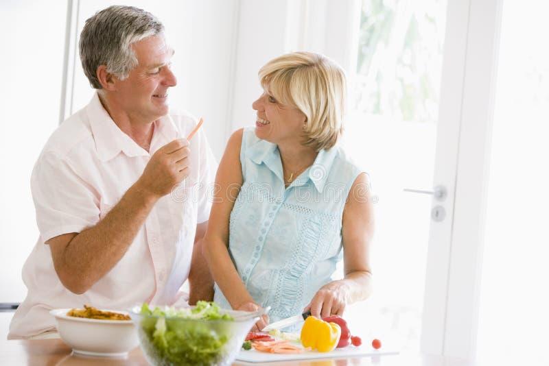 husband meal mealtime preparing together wife fotografering för bildbyråer