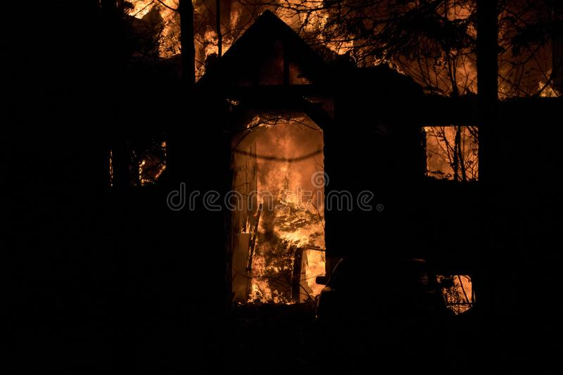 Husbrand med den intensiva flamman, överväldigade fullständigt husbrand royaltyfria bilder