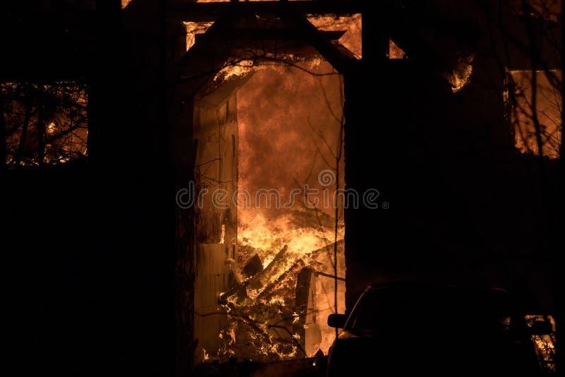 Husbrand med den intensiva flamman, överväldigade fullständigt husbrand royaltyfri fotografi