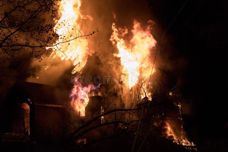 Husbrand med den intensiva flamman, överväldigade fullständigt husbrand arkivfoton