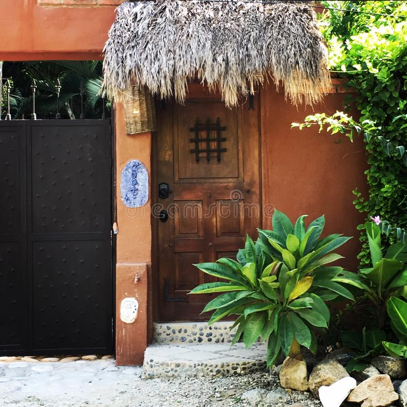 Husdörr i Sayulita Mexiko fotografering för bildbyråer