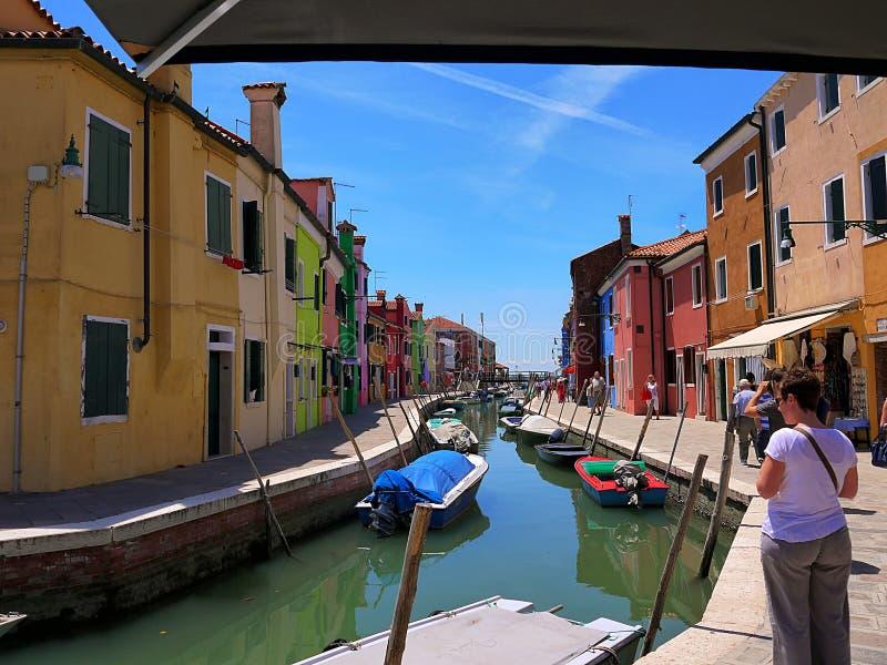 Husen målade i briljanta pastellfärgade skuggor på Burano Italien royaltyfri foto