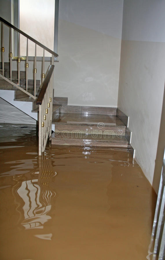 Huset översvämmade fullständigt under översvämningen av floden royaltyfri bild