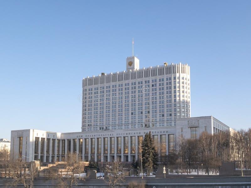 Huset av den från den ryska federationen som regeringen är ryskt inskriften för huset för byggnadsfacadefederationen betyder den  arkivbild