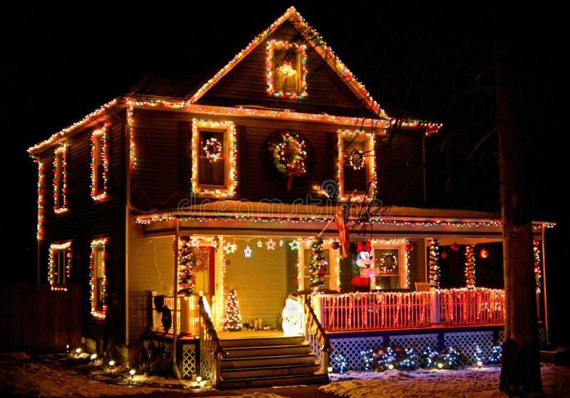 Huset dekorerade med julljus på den lantliga grannskapen royaltyfri bild