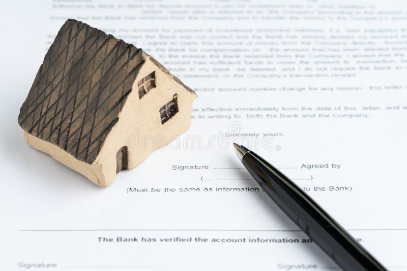 Huset eller fastighetköpet och försäljning intecknar begreppet, miniatyr ho royaltyfri bild