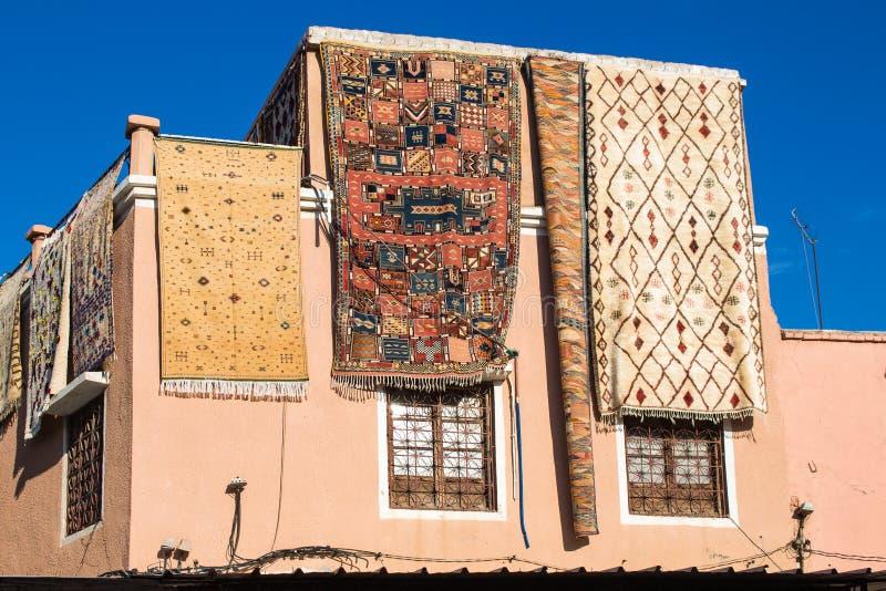 Huset med mattor shoppar i Marrakesh, Marocko arkivfoto