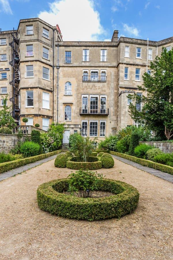 Huset och formella engelska arbeta i trädgården i badet, Somerset, UK royaltyfri foto