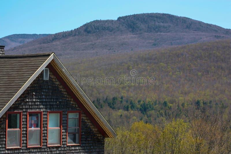 Huset och kullen arkivfoton
